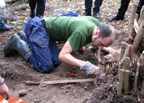 djurhamn sword digging Unikátní nález: 500 let starý meč z Djurhamnu