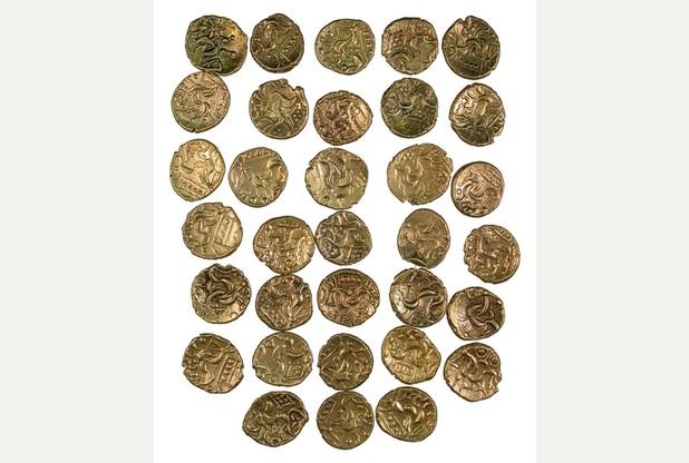 5901981 large Nalezen menší poklad plný zlatých statérů ve Staffordshire