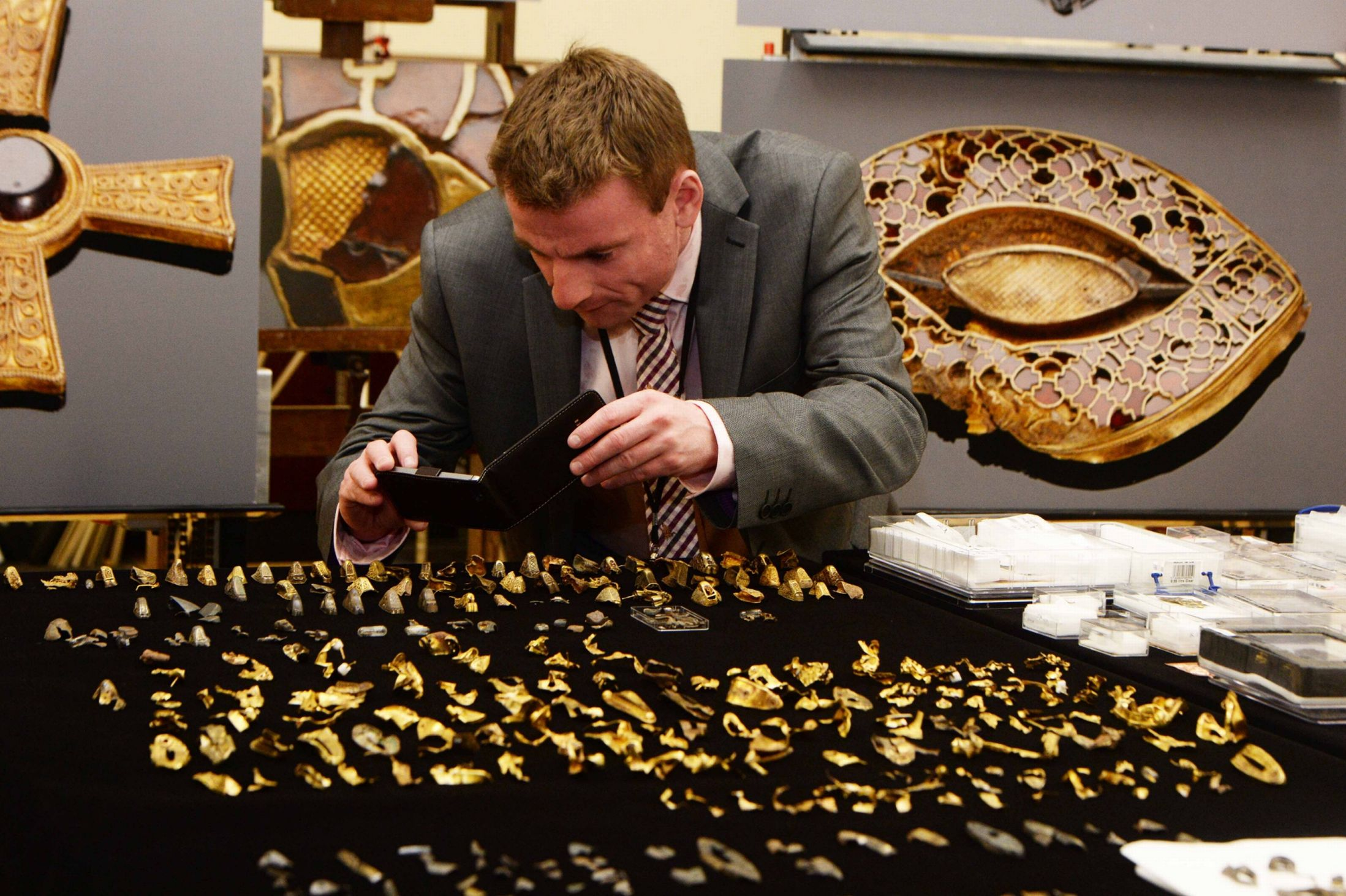 Staffordshire Hoard in one room for the first time 6798937 Poklad ze Staffordshire